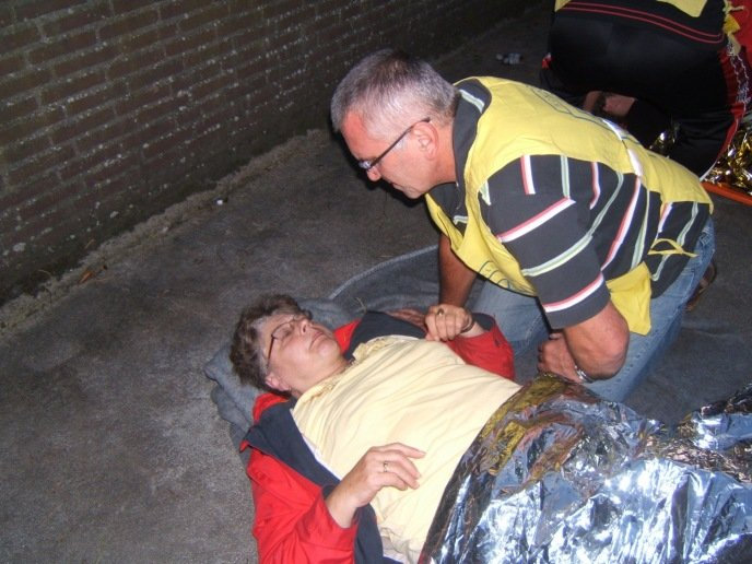 Een speciaal opgeleid LOTUS-slachtoffer speelt slachtoffer tijdens de oefening