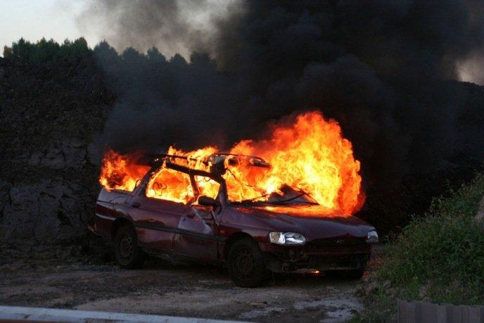 De aanstichter van de chaos van de avond is een geëxplodeerde auto.