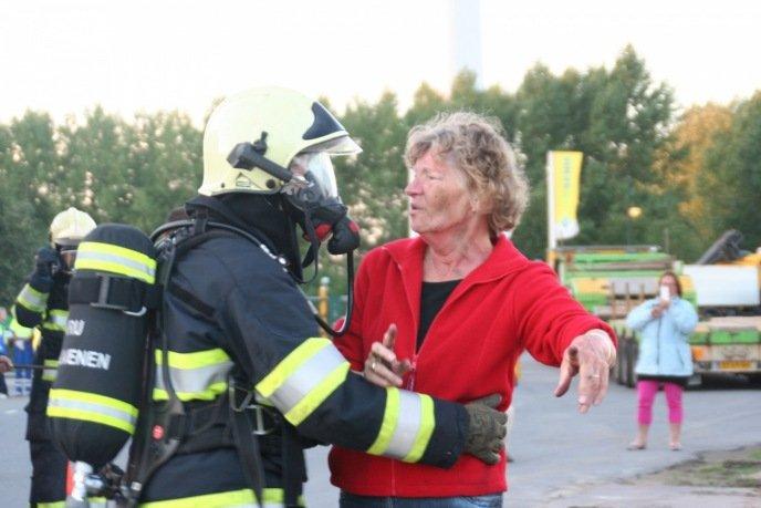 Blussen van de brandende auto heeft deze werknemer flinke brandwonden in het gezicht en ademhalingsproblemen opgeleverd.