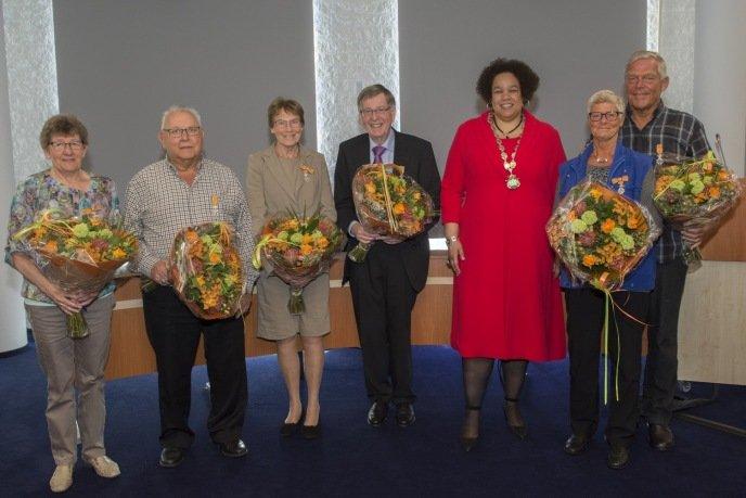 Mevrouw C.C.A. Sassen, de heer C.H. Lakerveld, mevrouw H.E. de Boer, de heer R. de Boer, Burgemeester D.H. Oudshoorn-Tinga, mevrouw A. Jagtenberg en de heer J.M.. Jagtenberg. Allen zijn benoemd tot Lid in de Orde van Oranje Nassau.