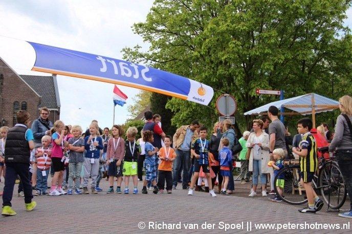 Hardloopwedstrijd in de Dorpsstraat in Wilnis