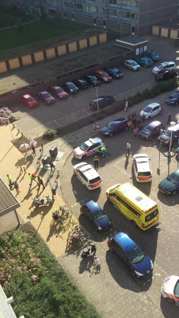 Gewonde agent ligt tegen politie auto aan. Foto: @sabineramp1985