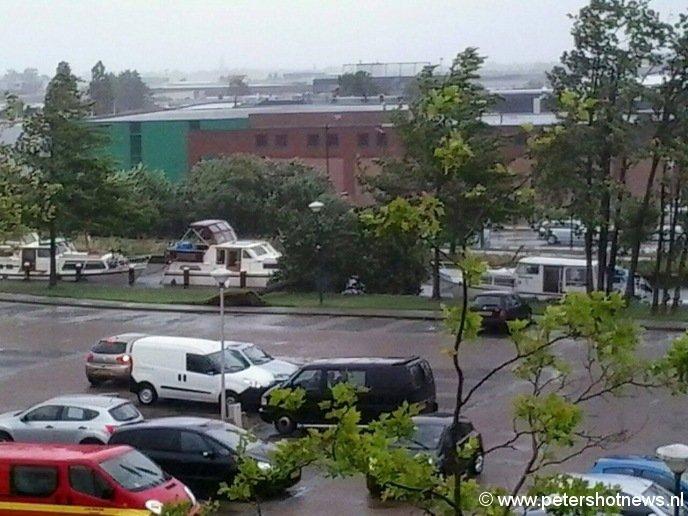 Parkeerterrein centrum Mijdrecht, boom valt om net tussen 2 boten. Foto: Carola Slooff
