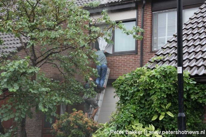 De twee mannen die de vrouw gered hebben via de ladder