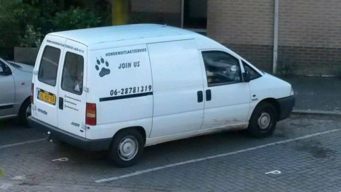 Het busje van hondenuitlaatservice Join Us