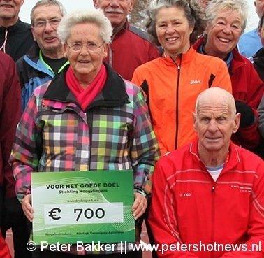 Riet (links) en Ad van der Jagt met de cheque