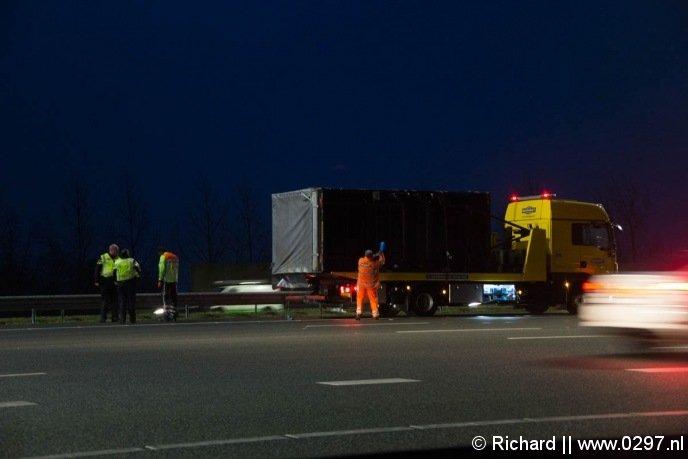 Op de A2 bij Abcoude werd een aanhangwagen van de weg geblazen.