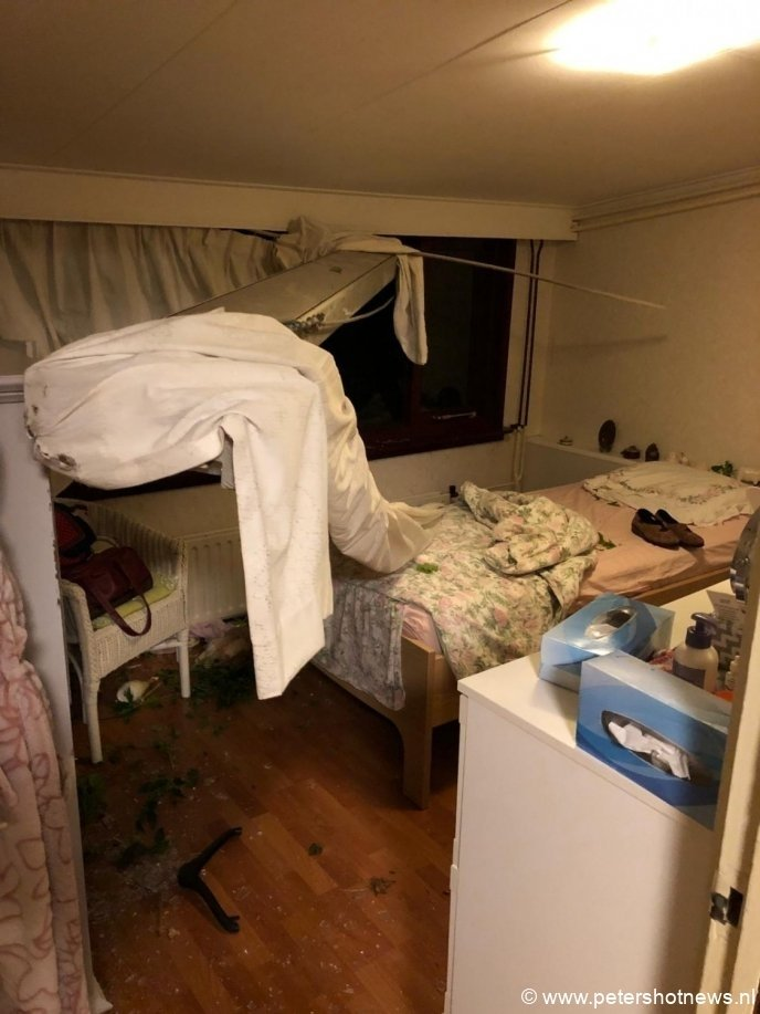 Een van de spanten vloog door een woning waar een vrouw lag te slapen. Ze kwam met de schrik vrij