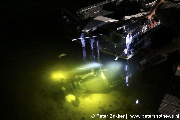 De motor van de overvaren boot ligt op de bodem van de Vinkeveense Plassen