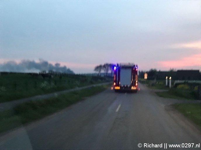 De rookpluim met de brandweer onderweg