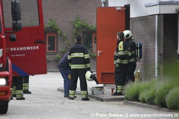 De regelkast die in brand stond staat op de grond