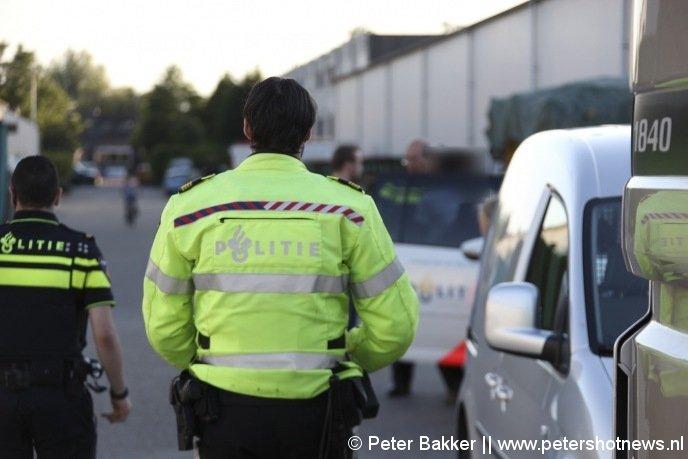 De vrouw wordt in de politieauto gezet na de aanhouding