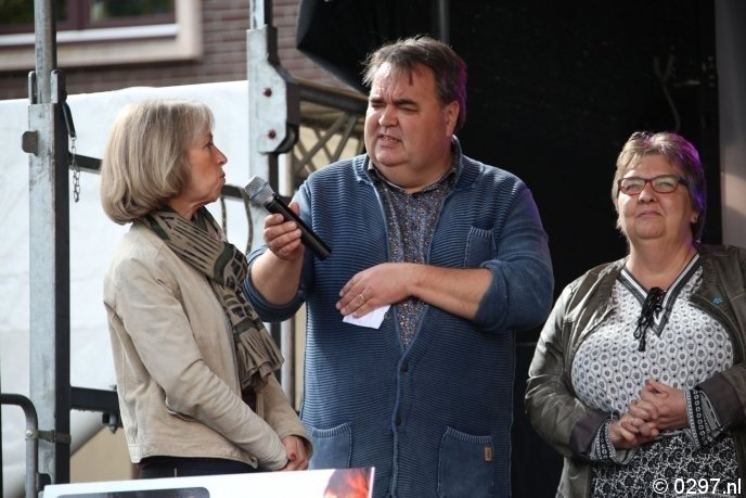 De dames van het goede doel met presentator Hans van Veen