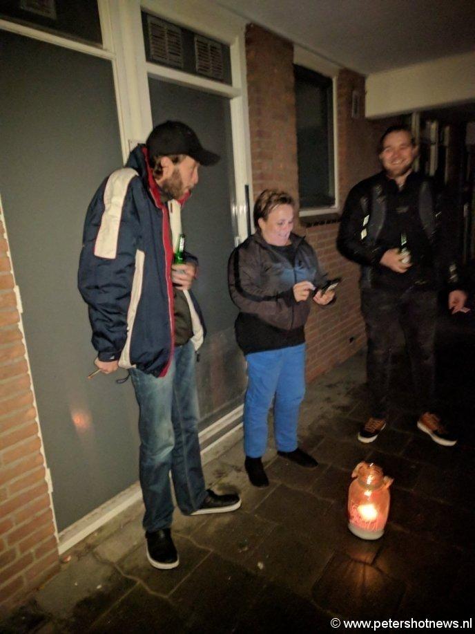 Bewoners van de Croonstadtlaan zoeken elkaar op met een kaars