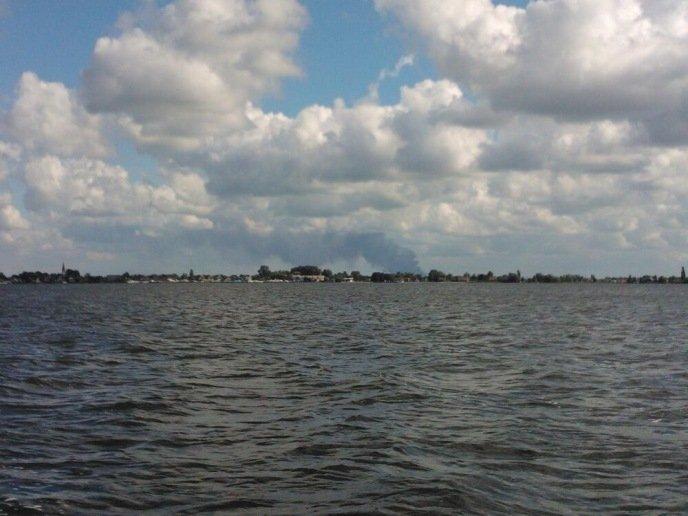 Foto: @Milenekrn , vanaf de Westeinderplas in Aalsmeer was de rookwolk ook zichtbaar