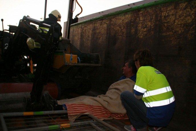 Slachtoffer met heupfractuur moet uit de vrachtwagen vervoerd worden.