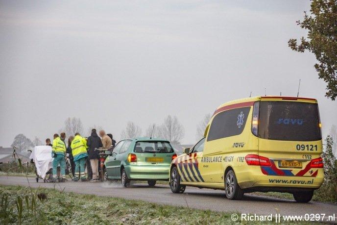 De bestuurder van de groene auto is gestopt om EHBO te verlenen
