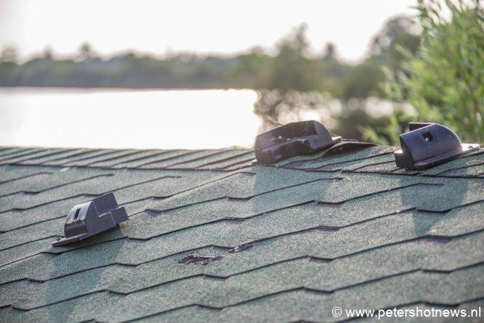Het zonnepaneel is van het dak gesloopt.