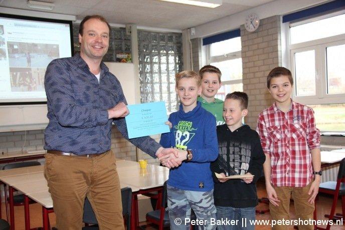 Stan, Floris, Casper, Hidde overhandigden de cheque aan Erwin Vroom van de Bart de Graaff Foundation.   Ricky en Tim ontbreken op de foto's.