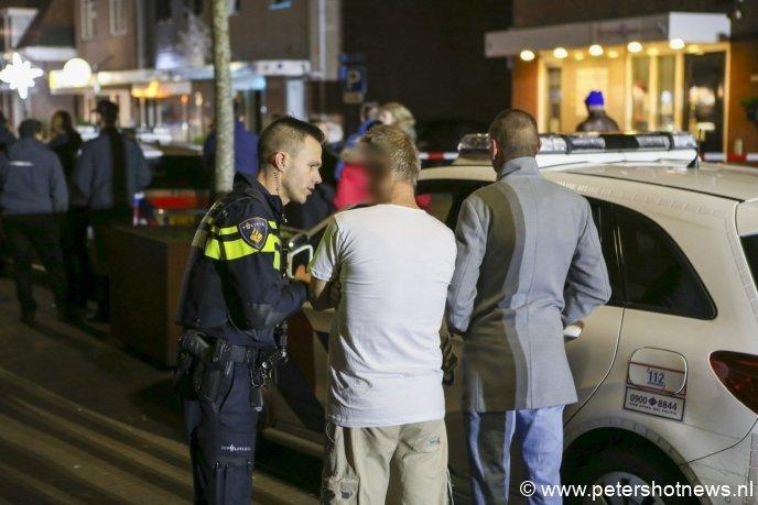 De politie trof diverse bewoners aan tussen het kijkende publiek.