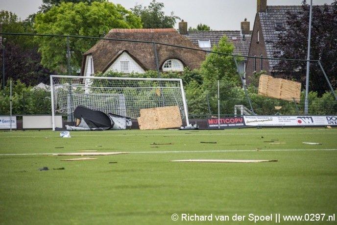 Schapenhok waait voetbalveld op
