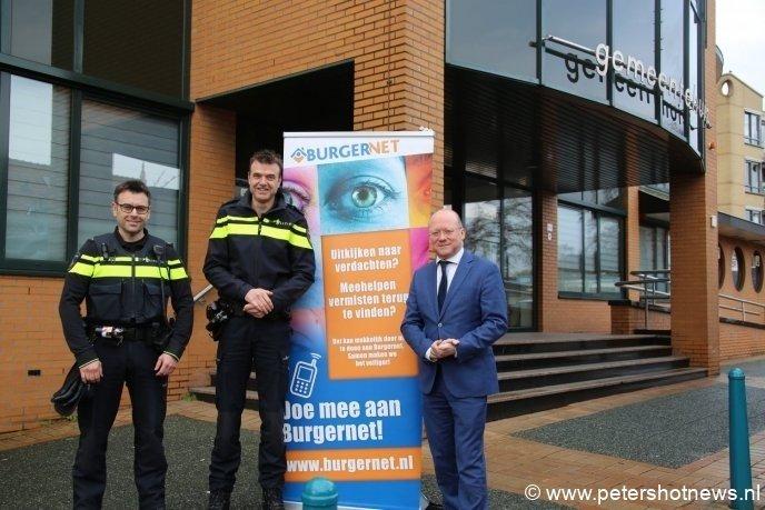 V.l.n.r. Andre Bruls (operationeel expert) , Eric van Heumen (teamchef) en burgemeester Maarten Divendal voor het gemeentehuis.