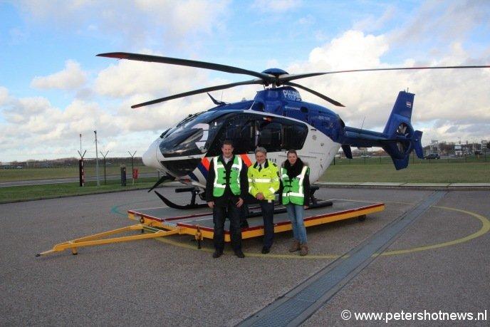 Bij de politiehelikopter met Frans Zuiderhoek (politie) en Danet