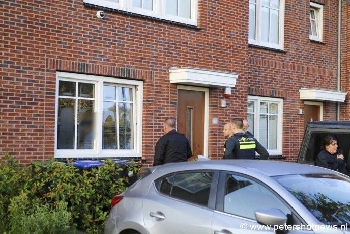 De verdachte deed uiteindelijk toch open na een gesprek via het keukenraam. De politie was al bezig om het slot open te breken.