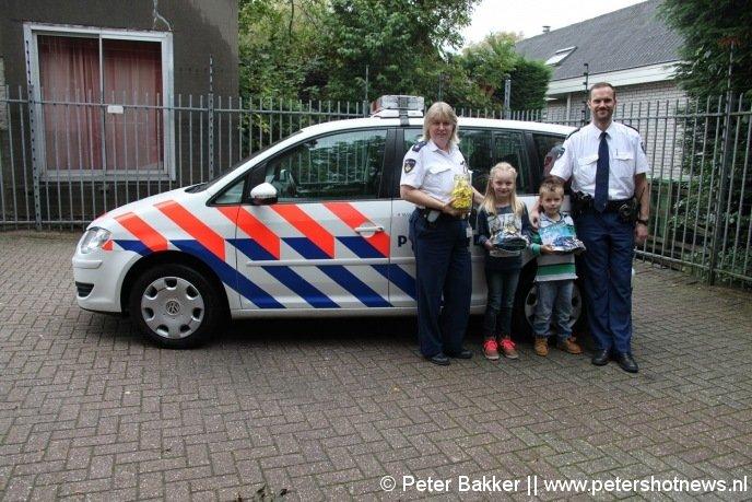 Links staat Isa, rechts Mike samen met de politie met hun prijzen.