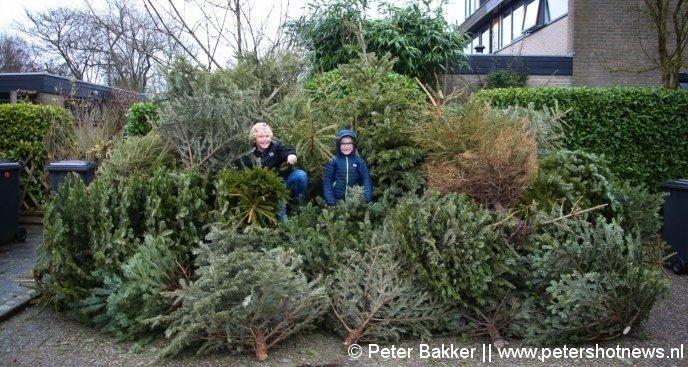Oscar (10) Casper (7) haalden 100 bomen op in de buurt van de Pastoor Kannelaan in Wilnis