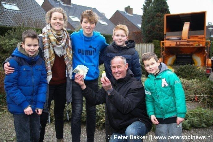 v.l.n.r. Ezra (10), Janiek (15), Thijmen (13), Wesley (11) en Levi (8) krijgen 150 euro van de gemeente.