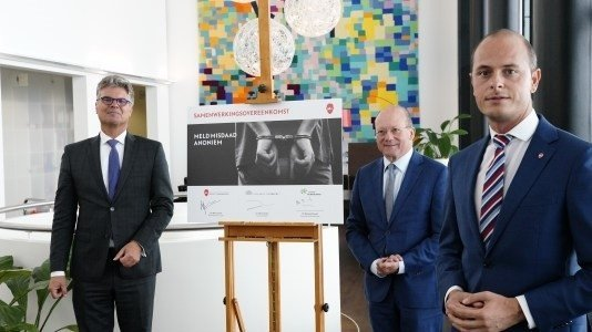 Foto: van links naar rechts: commissaris van de Koning Hans Oosters, burgemeester Maarten Divendal, Marc Janssen (Meld Misdaad Anoniem) .