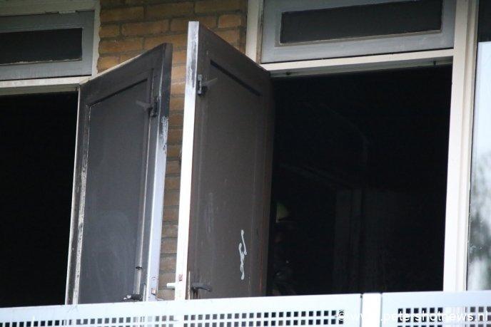 Alle ramen, muren en deuren zijn volledig zwart geworden door de brand