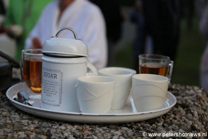 Buurtbewoners hebben thee gezet buiten voor de getroffen bewoners die hun huis uit moesten.