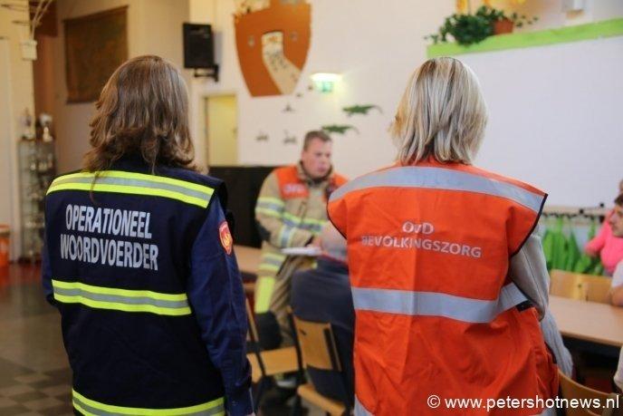 Woordvoerder van de brandweer en medewerker gemeente aanwezig in de opvang