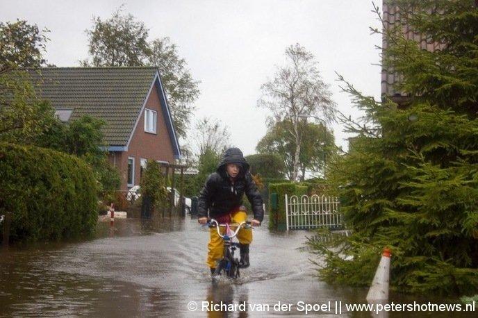 Foto 39 s veel wateroverlast en schades in de regio - Kantoor onder helling ...